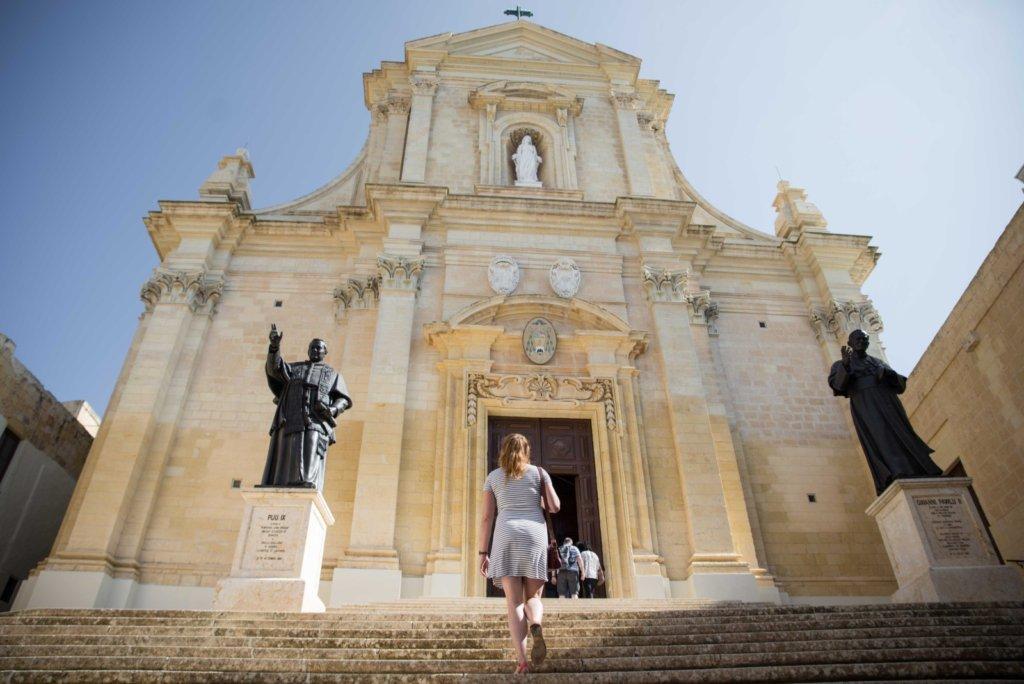 Sur les marches de la cathédrale de la Citadelle à Victoria, Gozo